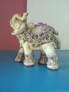 Elefante indiano, peça em gesso, pintada a mão com vários tons de cera e finalizado com pedras.  Prontinho ! Elephant Icon, Elephant Parade, Elephant Love, Elephant Art, Elephant Gifts, Elephant Stuff, Animal Sculptures, Lion Sculpture, Elefante Hindu