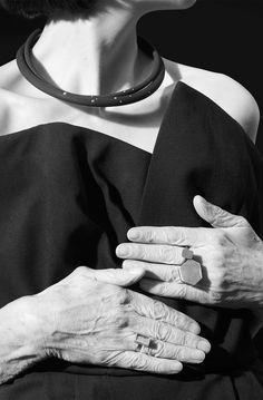 André Ribeiro, Halsreife. Kautschuk, Brillanten. Gigi Mariani, Ringe. Niello, Rosé- und Gelbgold. Michael Becker, Ring. Weißgold, Feingoldgranulat, Bergkristall. Overall Kaviar Gauche.