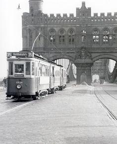 Linie [35] auf der Norderelbbrücke. Zwar hat das Stadttor-Design den zweiten Weltkrieg überdauert, aber später musste es der Verbreiterung der Brücke weichen. (20.05.1953 - Egon Ihde - Sammlung VVM)