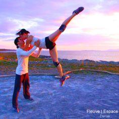 1.2.3 Les pieds dans l'eau. Danser sur l'infini de l'horizon.  Événement à Ciel Ouvert produit par Fleuve   Espace danse.  Crédit Photo : Pilar Marcias Interprètes : Daniel Firth et Karine Gagné
