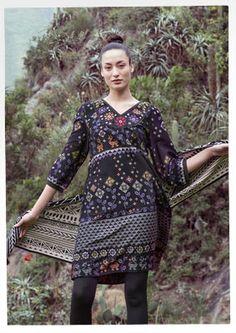 """Kleid """"Fernanda"""" aus Öko-Baumwolle  Baumwollsatin, bei dem unter anderem aufgedruckte Kreuzstiche ein verspieltes Muster auf dem ganzen Kleid bilden. Als i-Tüpfelchen ziert eine schöne Maschinenstickerei den Halsausschnitt. Normale Passform, um die Hüfte herum grosszügig. Länge/M 100 cm"""