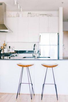 Kate Arends' Minneapolis Apartment Tour - The Everygirl Minneapolis Apartment, Boston Apartment, Apartment Ideas, All White Kitchen, Fancy Houses, Dining Room Design, Minimalist Home, Beautiful Kitchens, Decoration