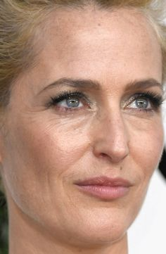 Close-up of Gillian Anderson at the 2017 Golden Globe Awards.