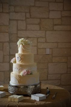 This #weddingcake is perfect for a shabby chic theme! #yellowcake {@jennlucia}