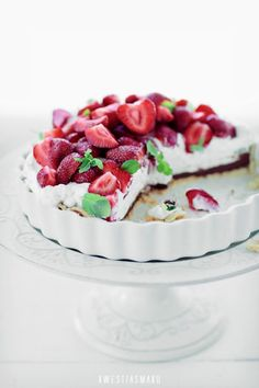 Strawberry tart with chocolate and mascarpone cheese via Kwestia Smaku Just Desserts, Delicious Desserts, Dessert Recipes, Yummy Food, Cake Recipes, Sweet Pie, Sweet Tarts, Eat Dessert First, Quiches