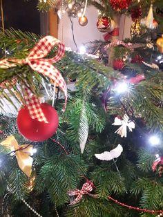 Kugeln mit karierter Schleife Christen, Christmas Tree, Holiday Decor, Home Decor, Bow, Trees, Homemade Home Decor, Xmas Tree, Xmas Trees