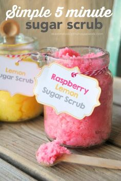 5 minute Simple Sugar Scrub Recipes with printable gift tags. DIY sugar scrub makes a great gift. Sugar Scrub Recipe, Sugar Scrub Diy, Simple Sugar Scrub, Body Scrub Recipe, Diy Body Scrub, Diy Scrub, Bath Scrub, Shower Scrub, Homemade Beauty