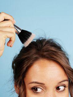 2. Abstehende Haare bändigenHabt ihr manchmal ein paar abstehende Haare, die einfach nicht in die Frisur hinein wollen. Oder ärgern euch abgebrochene Härchen am Deckhaar. Ein Pinsel und etwas Haarspray können helfen. Das Haarspray wird auf den Pinsel gesprüht. Dann fahrt ihr in Haarrichtung mit dem Pinsel über die nervigen Härchen und bringt sie in Form.So betoniert ihr nicht den natürlichen Stand eures Haars mit Spray zu, verklebt das D...