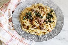 krämig pasta med skogschampinjoner och grönkål.