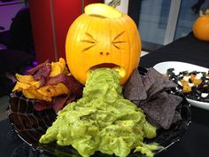 Halloween Snacks That Look So Wrong But Taste So Right - Guacamole Puking Pumpkin Halloween Party Snacks, Plat Halloween, Buffet Halloween, Gross Halloween Foods, Halloween Fingerfood, Creepy Halloween Party, Hallowen Food, Healthy Halloween Treats, Halloween Appetizers
