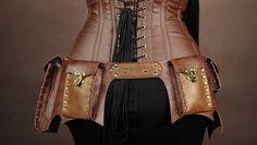 Steampunk heupriem bruin met 4 tassen is een bruine riem van kunstleer die 4 tasjes van bruin kunstleer heeft. Het is afgewerkt met metalen klinknagels.