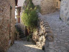 Eus - Buscar con Google Medieval, Beaux Villages, France, Rue, Sidewalk, Explore, Plants, Google, Street