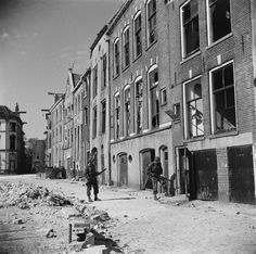 Canadian soldiers search houses in Deventer, 1945
