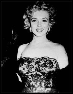 """11 Février 1952 / Marilyn participe à la soirée de remise de prix organisée par le magazine """"Photoplay"""" à """"l'Ambassador Hotel"""" de Los Angeles ; Marilyn y aurait reçu un prix spécial """"Special Award""""."""