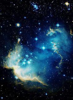 """NGC 602 es un racimo jóven, brillante abierto de estrellas localizadas en la Pequeña Nube de Magellanic (SMC), una galaxia de satélite a la Vía Láctea. La radiación y ondas(olas) de choque de las estrellas han apartado la mayor parte del gas ligero circundante y el polvo que compone la nebulosa sabida(conocida) como N90, y esto a su turno ha provocado la nueva formación de estrella en los cantos ("""" o troncos de elefante """") de la nebulosa."""