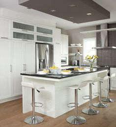 Armoires de cuisine de style moderne. L'îlot et la totalité de la cuisine ont été réalisé en polyester. Le tout est harmonisé avec un comptoir de granit.: Loft Kitchen, Kitchen Dining, Kitchen Decor, Grey Kitchens, Home Kitchens, Cabinet Design, Home Staging, Interior Design Kitchen, Kitchen Remodel