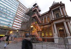 Artista Tatzu Nishi criou um quarto de dormir incorporando elementos da fachada da prefeitura
