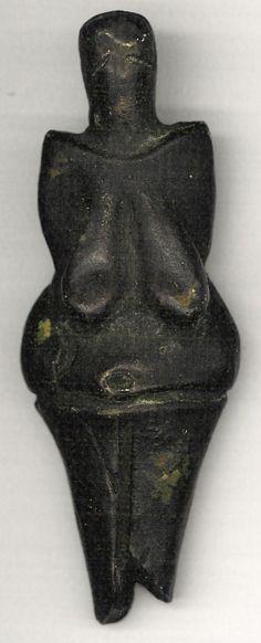 現存する最古の焼きものとされる、グラヴェット文化(ドイツ語版)の人形の1つ。紀元前29000-25000年