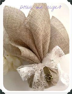 Μπομπονιερα, λινατσα Burlap Wedding Favors, Wedding Favor Bags, Wedding Favors For Guests, Wedding Gifts, Burlap Bridal Showers, Sewn Christmas Ornaments, Free Macrame Patterns, Bridal Handbags, Burlap Bags