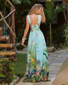 La imagen puede contener: una persona, de pie y exterior Beautiful Maxi Dresses, Beautiful Gowns, Simple Dresses, Beautiful Outfits, Nice Dresses, Casual Dresses, Fashion Dresses, Dresses Dresses, Pinterest Bridesmaid Dresses