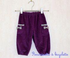 Pantalon petits noeuds pour bébé fille en velours figue bordé de liberty.