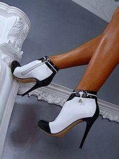 """La eterna pareja: el blanco y el negro de Chanel... ❤️❤️ """"La simplicidad es la clave de la elegancia"""" Coco Chanel"""