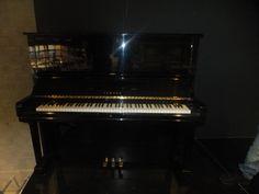 dit is een zwart wit foto van een piano