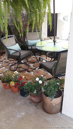 Un pequeño jardín con troncos! Interior Exterior, Beautiful Gardens, Small Spaces, Dining, Outdoor Decor, House, Gardening, Future, Home Decor