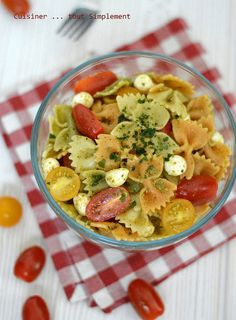 Salade de Pâtes Pesto : 400g Farfalles, Une vingtaine de tomates cerises, 300g de billes Mozzarella, 1 botte de Basilic, 50g de pignons de pin, 50g de Parmesan râpé, 1 gousse d'ail, 80ml d'huile d'olive, sel, poivre. Mozzarella, Starters, Hummus, Pasta Salad, Entrees, Potato Salad, French Toast, Lunch Box, Potatoes