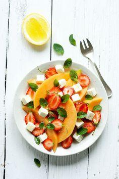 ENSALADA FRUTAL -  Gajos de melón, frutillas cortadas al medio y cubos de queso feta. Agregar unas hojas de menta y aderezar con una limoneta ... fresquísima !!!