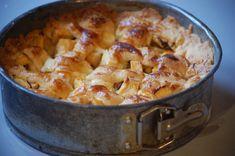 Ouderwetse Hollandse appeltaart. Ik bedoel zo'n taart met een grove dikke korst, appel, rozijntjes en van die gekruisde deegreepjes eroverheen.