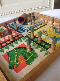 Ce plateau de jeu vous rappellera les souvenirs de bonnes paries de jeu des petits chevaux Les pièces anciennes (4 chevaux jaunes, 4 bleus, 4 verts et 4 rouges, le dé et le golet en bois) font partie du jeu. Sur l'autre face, un jeu de l'oie.