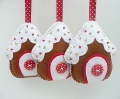 Felt fabric Christmas gingerbread house houses Ornaments to Make in hanging decorations - gingerbread house felt christmas decorations - filt stof sy syning honningkage hus huse jul julepynt Christmas Makes, Noel Christmas, Homemade Christmas, Christmas Houses, Etsy Christmas, Beautiful Christmas, Felt Christmas Decorations, Felt Christmas Ornaments, Hanging Decorations