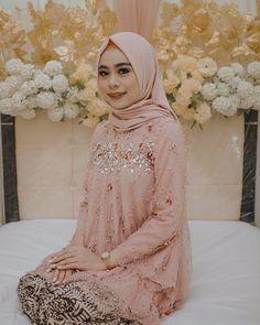 Gambar mungkin berisi: 1 orang, bunga Kebaya Modern Hijab, Kebaya Hijab, Green Dress Outfit, Cute Dress Outfits, Kebaya Lace, Kebaya Dress, Best Maxi Dresses, Trendy Dresses, Pakistani Wedding Outfits
