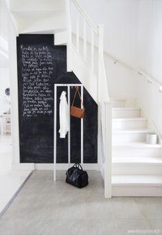 Een boodschappenlijstje of een lief berichtje aan je gezin. Een wand met schoolbordverf in de hal is heel functioneel.