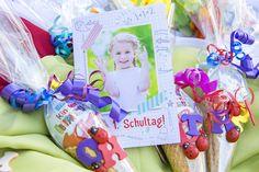 Mit der Einschulungskarte Schulheft wird der erste Schultag zum Erfolg Diy Birthday Decorations, Arts And Crafts, Gift Wrapping, Children, Candy Cart, Sink Tops, Party, Cool Presents, Wrap Gifts