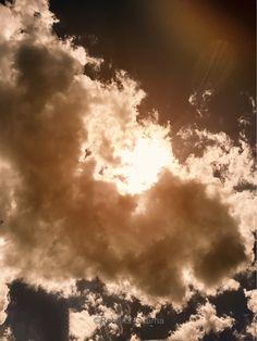 """I can touch a cloud with a finger even though I know it is miles away, but I like to live up to my imagination."" ""(Snoopy in Charles M. Shoulz, Peanuts) ~ ""Riesco con un dito a toccare una nuvola anche se so che è lontana chilometri, ma mi piace essere all'altezza della mia fantasia. ""(Snoopy in Charles M. Shoulz, Peanuts) Photo ©Roberta Guarna. All rights reserved."