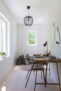 Une banquette derrière la fenêtre - A part ça ... Banquette, Office Desk, Furniture, Home Decor, Small Places, Bedrooms, Home, Desk Office, Decoration Home