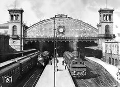Zwei Vorortzuege warten im Potsdamer Bahnhof von Berlin 1925
