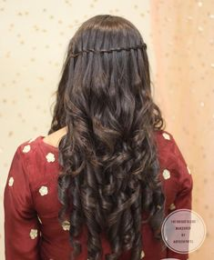 Our selected floral hairstyles for Haldi & Mehendi ceremonies will make your big day memorable. Soft Curls, Loose Curls, Elegant Hairstyles, Easy Hairstyles, Lavender Outfit, Pink And White Flowers, Floral Headbands, Floral Hair, Mehendi