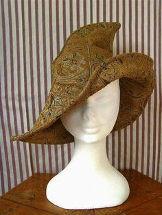 Witch hat in mustard color and damask fabric. The hat is very nice to wear on the bias. The fabric is suitable for any season. This hat recalls, and is inspired to the Fantasy world, but it is a type of model that can be easily worn for every occasion. The brim of the hat you can easily bend and shape as you wish. One size fits all. Is also available in other colors as you can see from the group photo. Is available in mustard color, orange and brown. To see the other versions of colors…
