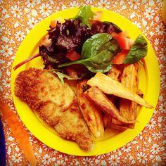 Crispy chicken strips, sweet potato wedges & tomato salad x