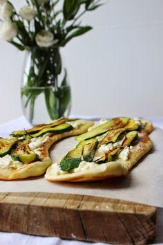 Pizza in padella con robiola, parmigiano, zucchine e olio alla menta