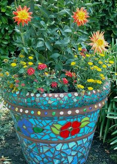 vrtni lončki so lepši če jih oblečemo v pisano keramiko Mosaic Planters, Mosaic Garden Art, Mosaic Vase, Mosaic Flower Pots, Pebble Mosaic, Mosaic Diy, Mosaic Crafts, Mosaic Projects, Mosaic Tiles