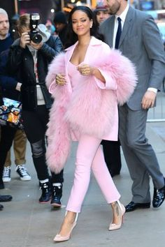 Rihanna in pink  Overdose fashion, sua dose diária de moda, blog de moda feminina, desfiles, humor, fun, girls, fashion addicts, moda alternativa, curadoria de moda, fashion blogger, fashion overdose, glitter, make up, hair, fashion inspiration, inspiration,