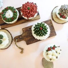 Merry Christmas ⭐️ 20분만에 완성된 컵케이크 이제 놀장 #플라워케이크#크리스마스케이크#아네모네#flowercake#flower#flowerstagram#buttercream #creamflower#フラワーケーキ#Fleur#Gâteau#BungaKue#鲜花蛋糕#เค้กดอกไม้#wiltoncakes#bakingclass#cakedesign#cakeshop#theflowercompny#instacake#koreabuttercream#koreanflowercake#theflowercompny Flower Company, Christmas Cakes, Fondant, Mickey Mouse, Cupcake, Photo And Video, Flowers, Instagram, Xmas Cakes