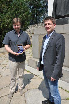 Ředitel Národní Pokladnice, Luboš Krčil věnoval poslední květnový den do rukou Miroslava Vaškových, ředitele muzea Jana Amose Komenského v Uherském Brodě 5 uncovou stříbrnou medaili, vyraženou při příležitosti 425. výročí Učitele národa.