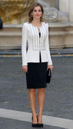 Queen Letizia of Spain Royal Fashion, Fashion Wear, Fashion Dresses, Womens Fashion, Princess Letizia, Queen Letizia, Classy Suits, Professional Outfits, Blouse Styles