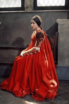 Olivia Hussey as Juliet in Romeo & Juliet. The strikingly beautiful Olivia Hussey with thick long brown hair started a trend of young girls growing their hair long plus wearing Renaissance inspired dresses & blouses with billowy sleeves. Olivia Hussey, Mode Renaissance, Costume Renaissance, Italian Renaissance, Renaissance Dresses, Historical Costume, Historical Clothing, Jessica Rabbit, Romeo And Juliet Costumes