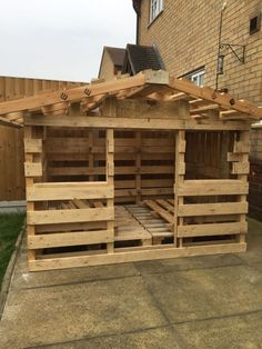 One of one of the most fulfilling and simplest weekend jobs it is possible to do to stimulate your child's creativity would be to develop an outside playhouse. Pallet Playhouse, Pallet Shed, Backyard Playhouse, Build A Playhouse, Pallet House, Pallet Fort, Outdoor Pallet, Outdoor Play, Pallet Crafts